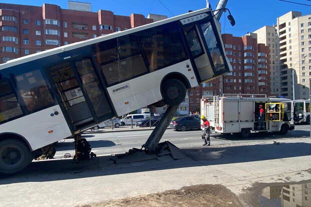 Автобус с пассажирами врезался в столб в Петербурге