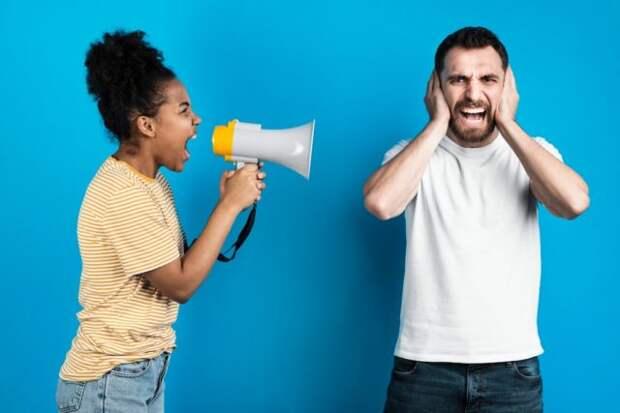чернокожая девушка кричит на белого мужчину