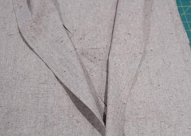 Остаётся выполнить заднюю часть наволочки и сшить её с передней. Выкроите 2 прямоугольника, ориентируясь на готовую переднюю часть наволочки: прямоугольники должны образовывать нахлёст. Обработайте края, которые окажутся посередине.