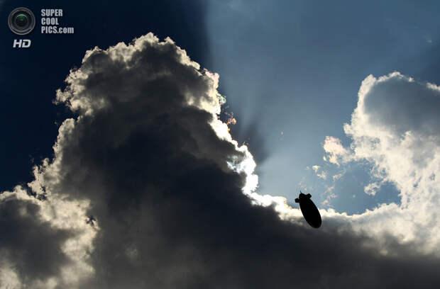 США. Понте-Ведра, Флорида. 8 мая 2010 года. Дирижабль MetLife в небе. (Richard Heathcote/Getty Images)