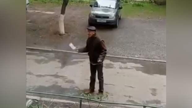 Вооруженныйтопором мужчина взял в заложники пассажирку маршрутки вТаганроге