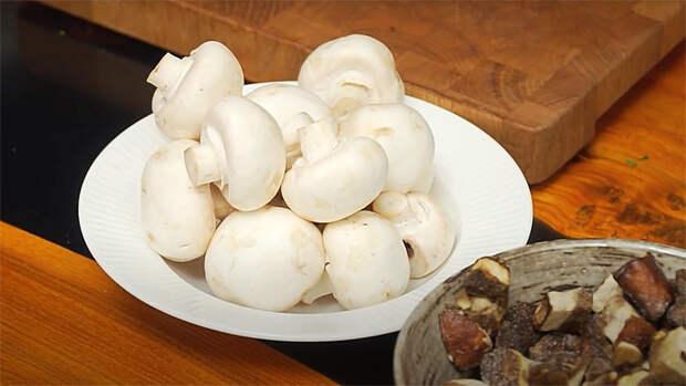 Варим густой грибной суп чтобы ложка стояла. Смешиваем сухие грибы и шампиньоны