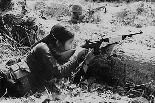 """Некоторые военные историки полагают, что количество женщин в отрядах НФО могло достигать 30%. В основном во вспомогательных подразделениях и службах, разумеется, но и """"на боевых"""" их хватало. У американцев хватило реальности признать, что во Вьетнами против них воевали даже женщины и дети. Вспомним хотя бы """"вьет-конговскую"""" девушку-снайпера из культового фильма Стэнли Кубрика """"Цельнометаллическая оболочка"""" (Full Metal Jacket). Источник тот же"""