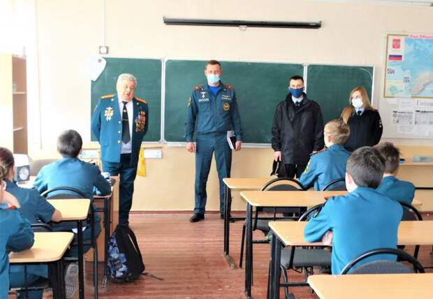 Керченские полицейские совместно с Общественным советом при УМВД провели «Урок Мужества» с учениками кадетского класса