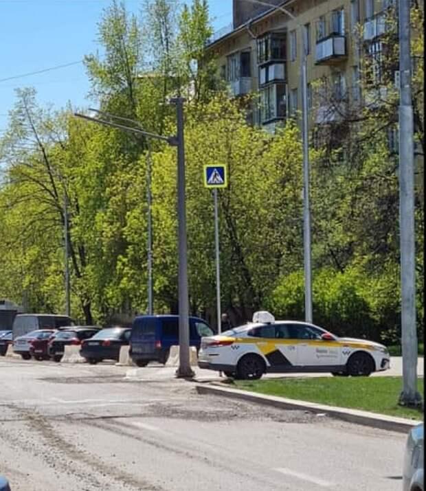 На улице Демьяна Бедного обновили дорожные знаки