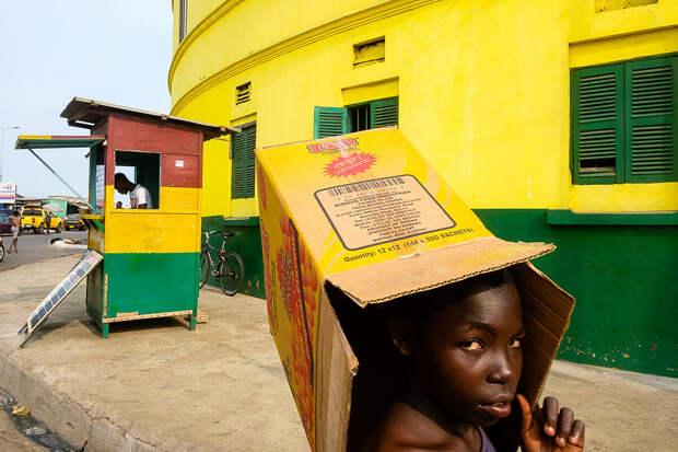 Коробки, район Буком в Аккре, Гана © Forrest Walker