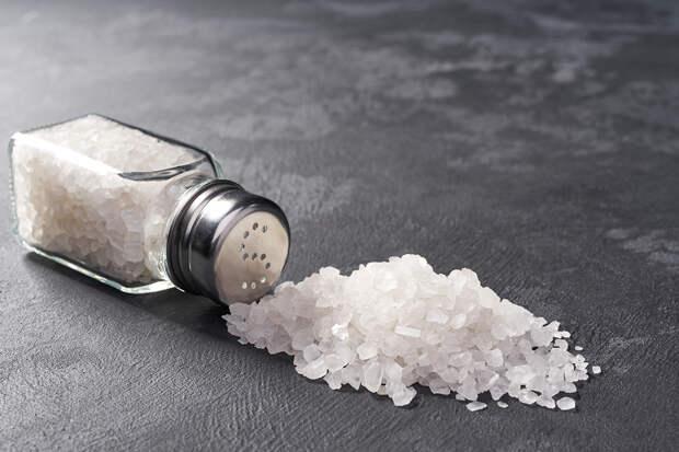 Врач назвал самые опасные продукты с высоким содержанием соли