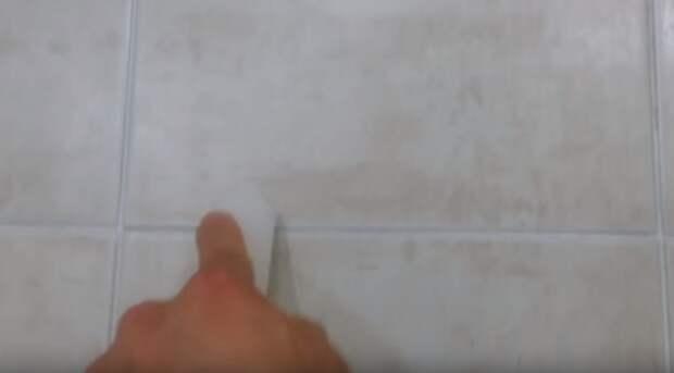 Потрите свечой межплиточные швы в ванной. Причина тому удивительна!