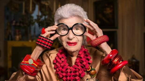 Пенсионерка носит пластиковые украшения. /Фото: i.ytimg.com