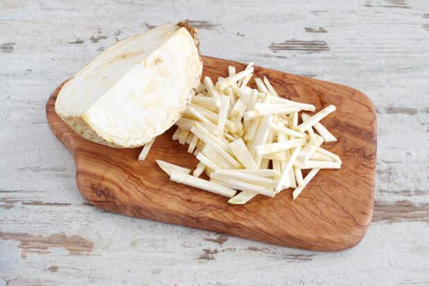 Корневой сельдерей употребляют и в сыром виде, и после тепловой обработки