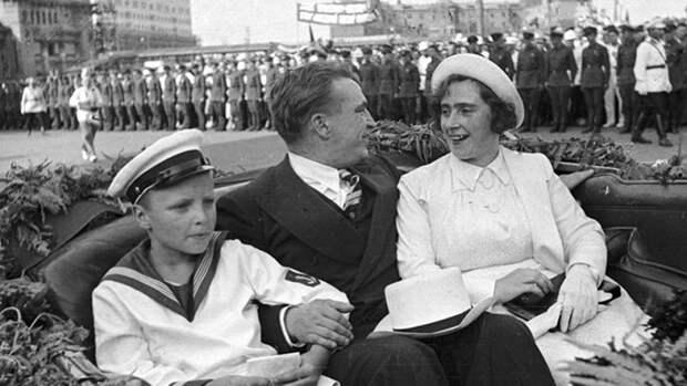 Валерий Чкалов с женой и сыном в автомобиле на площади Белорусского вокзала после завершения беспосадочного перелета Москва – Северный полюс – США
