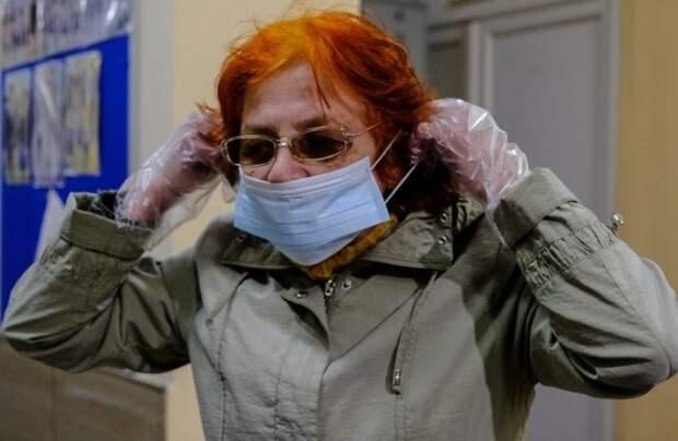 Врач назвал избыточной мерой ношение перчаток в Москве