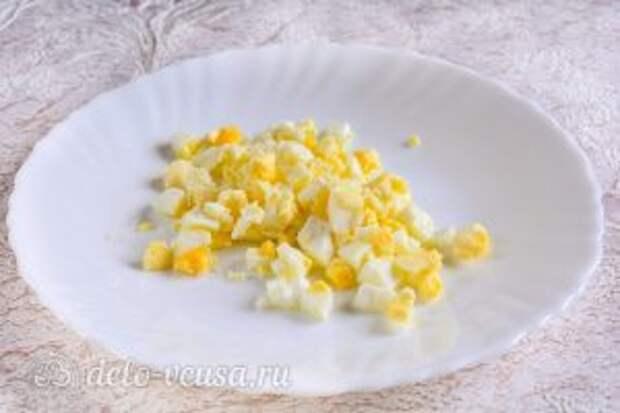 Тарталетки с печенью трески: Нарезать сваренные куриные яйца кубиками