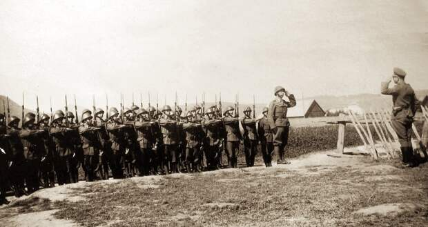Повстанцы на плацу: личный состав 18-й зенитной артиллерийской батареи, принимавший участие в восстании осенью 1944 года