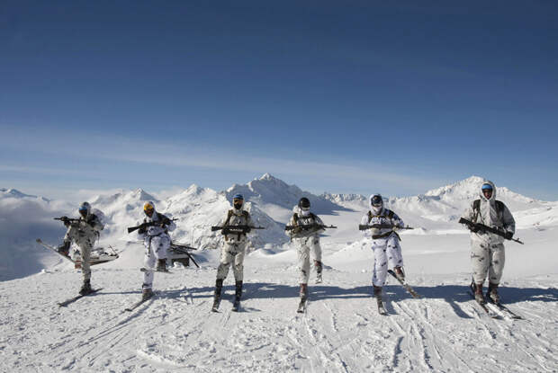 Солдаты в зимнем камуфляже. На на склонах Эльбруса идут учения