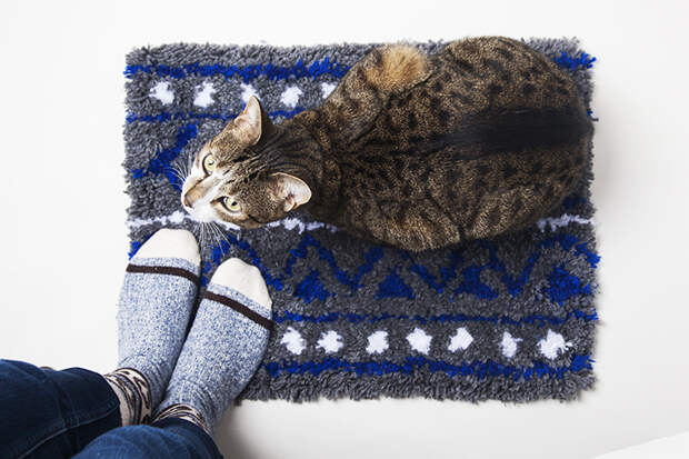 Сама сделала пушистый прикроватный коврик с милым узором. Это действительно просто, и результатом очень довольна