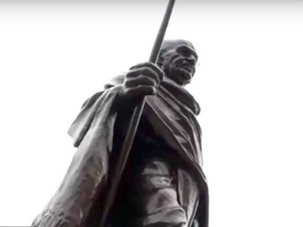 Мэрии Еревана пришлось оправдываться за поджог памятника Ганди, «отрицавшему геноцид армян»