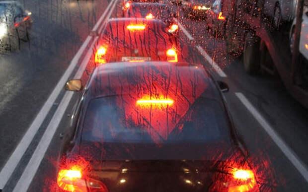 У машины впереди моргают стоп-сигналы. Это вообще зачем?