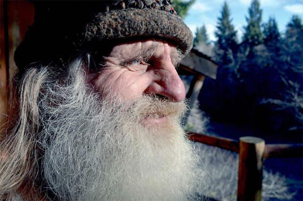 Он живет в лесу, не носит обуви и чистит зубы сосновой шишкой