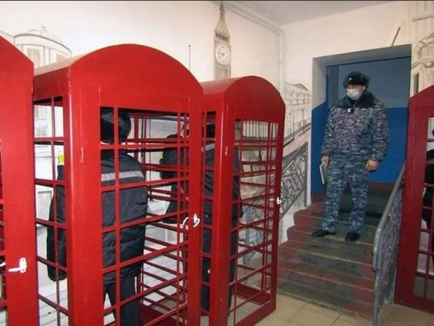 Сибирские тюремщики для переговоров зэков с родными установили телефонные будки в лондонском стиле