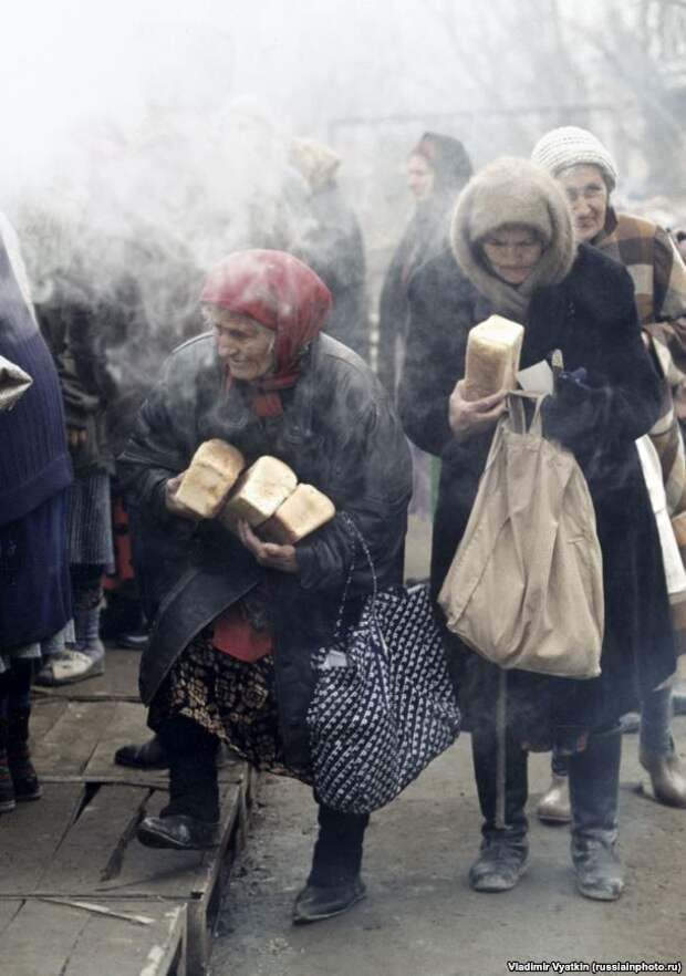 Пожилые женщины в Грозном во время Второй чеченской войны, 1999 год. 90-е, СССР, фото