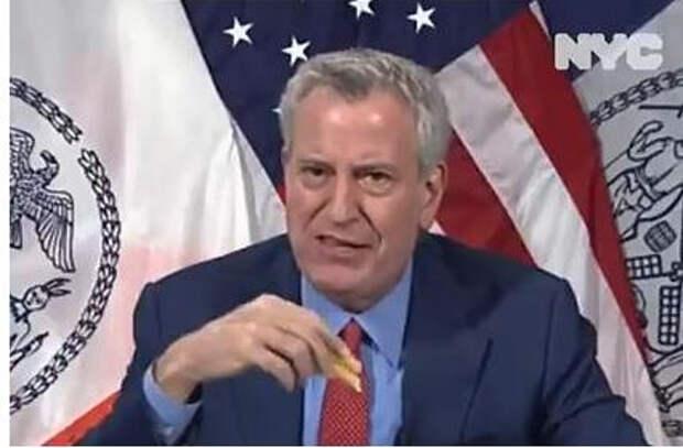 Жителей Нью-Йорка решили заманить на вакцинацию бесплатным фастфудом