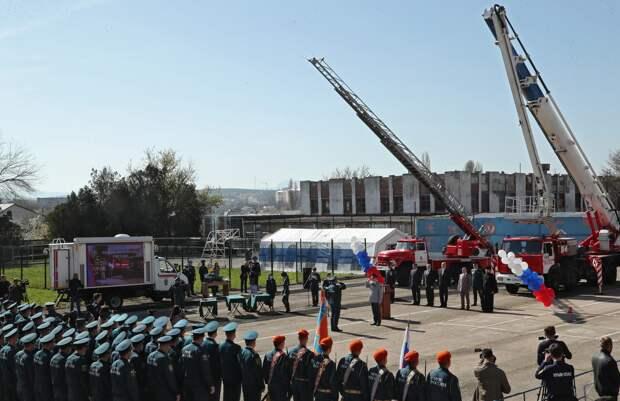 Аксёнов наградил огнеборцев в честь профессионального праздника
