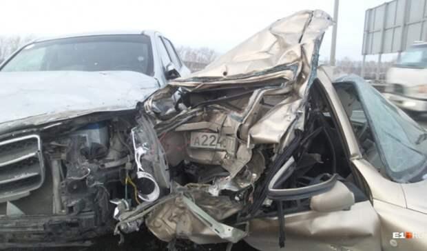 Водитель авто погиб после столкновения двух иномарок натрассе под Екатеринбургом