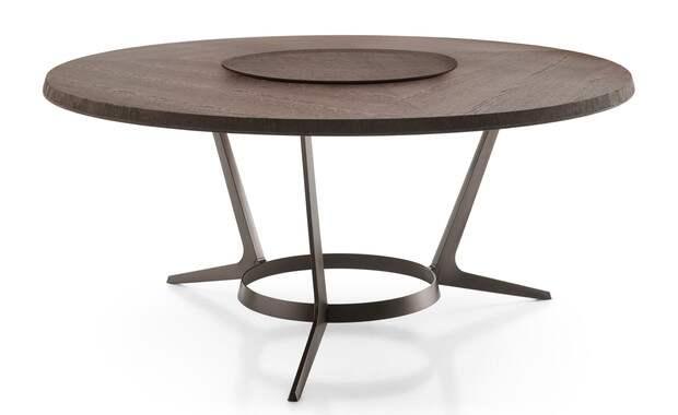 Обеденный стол — непременно круглый, с крутящимся диском в центре