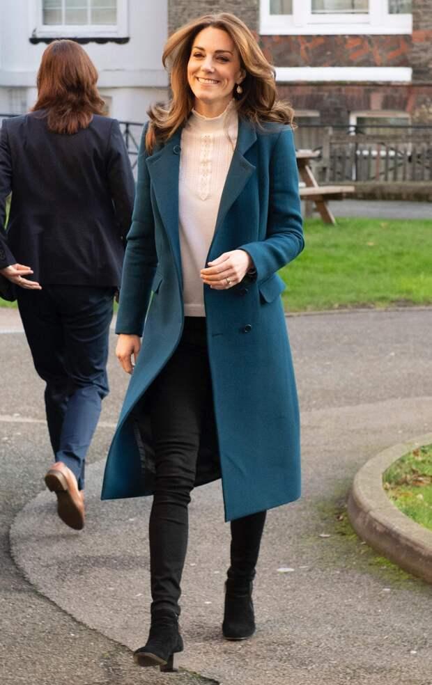 Кейт Миддлтон сменила скинни на самые модные брюки сезона