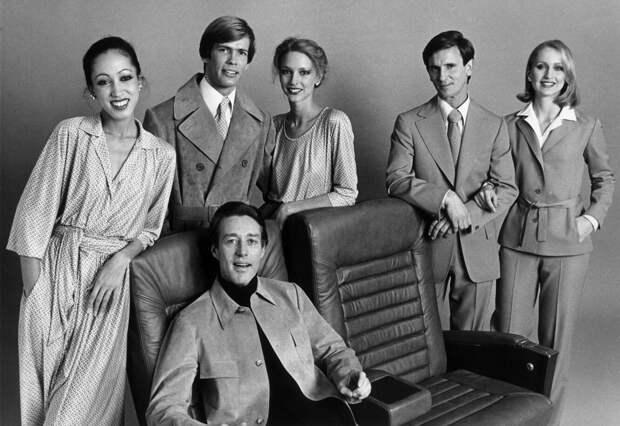 Рой Холстон с моделями в униформе для Braniff Airways,