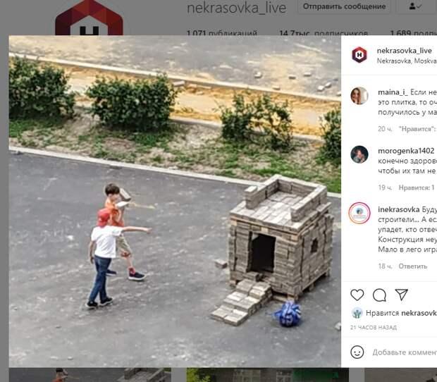 В Некрасовке дети построили замок из привезенной для благоустройства плитки