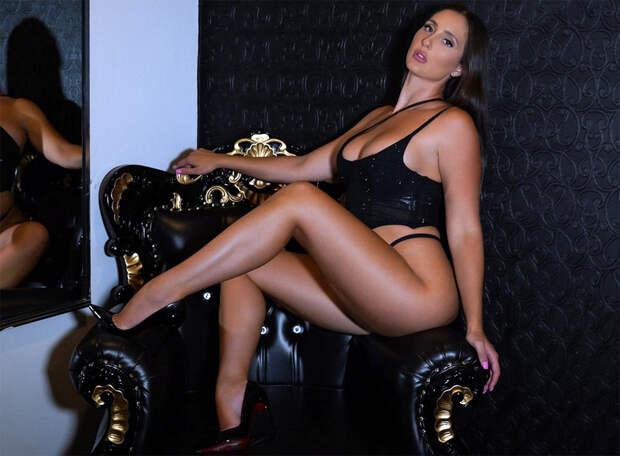 Стюардесса унизила порномодель, попросив прикрыть верх