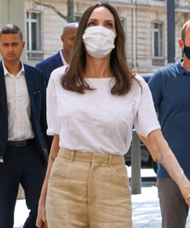 И бог создал женщину: Анджелина Джоли в безупречном льняном костюме