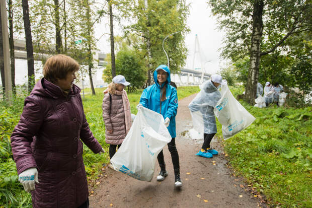 Субботник в Северной столице: петербургские активисты собрали 500 мешков мусора на берегу Финского залива