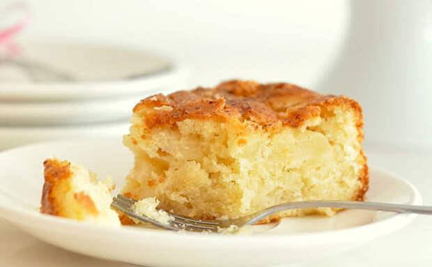 Берем 2 пачки творога и делаем пирог, который сам тает во рту. Для большего вкуса добавили яблоко и банан