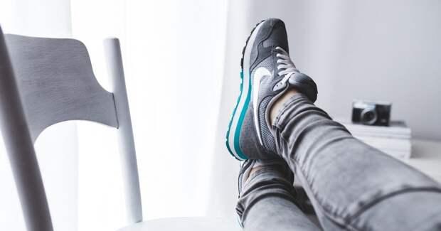 Женские ноги в кроссовках