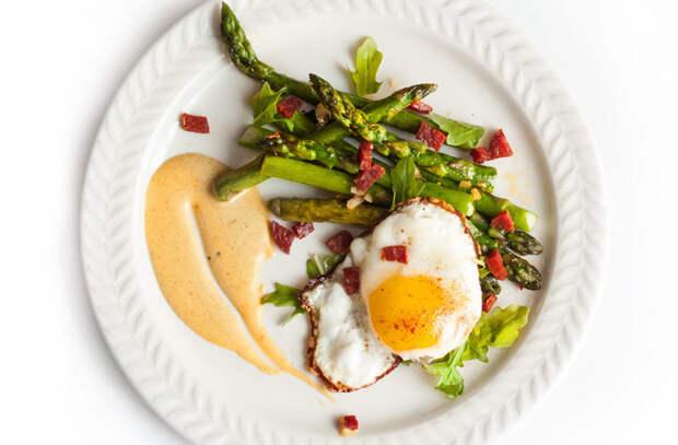 Превращаем яичницу в сытную закуску: кладем в овощи и добавляем соус