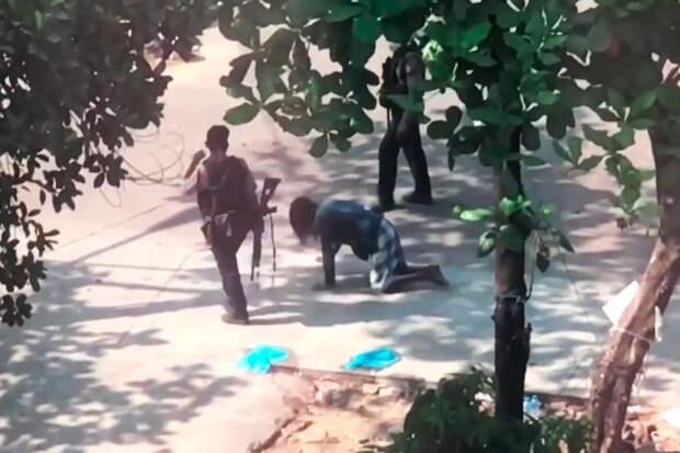 Полицейские в Мьянме заставили женщину ползти на четвереньках