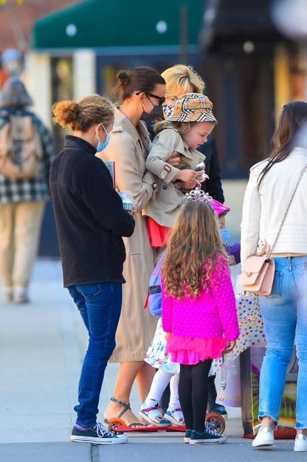 Такая разная Ирина Шейк: обнаженная супермодель в сети и заботливая мама на прогулке с дочерью