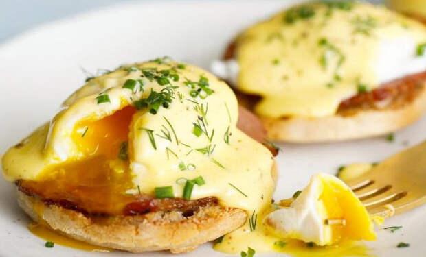 Яичницы на ужин: разбиваем яйца на хлеб и добавляем начинку