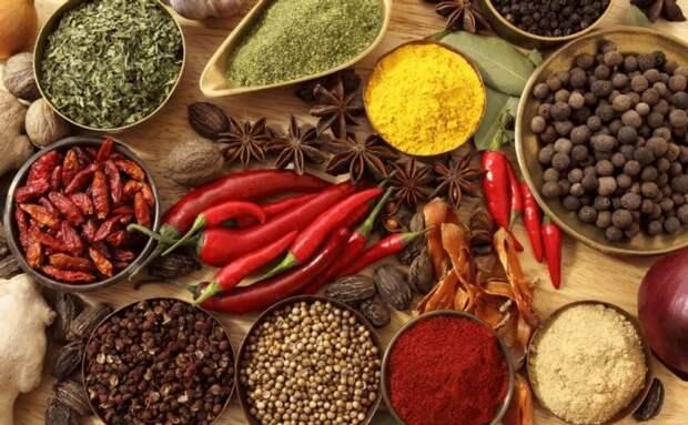 Не стоит есть острое и блюда, содержащие огромное количество специй. \ Фото: bonappetit.news.
