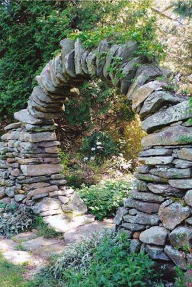 Каменный проем для входа в сад.