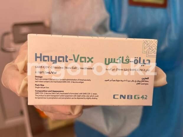 Уральцев начали вакцинировать от COVID-19 в торговом доме
