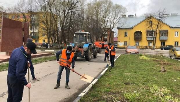 В Подольске убрали мусор на пустырях и навели порядок у памятников погибшим в ВОВ