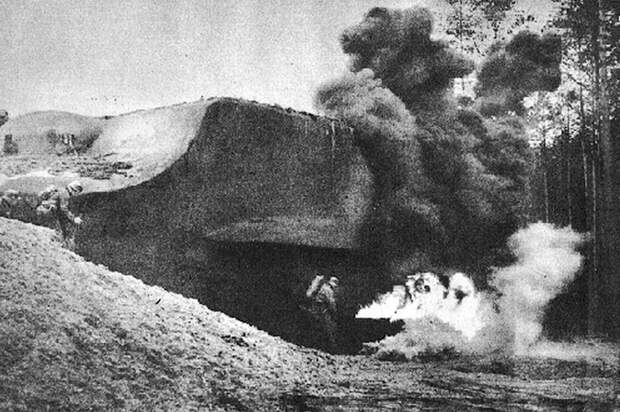Немецкий солдат атакует ДОТ
