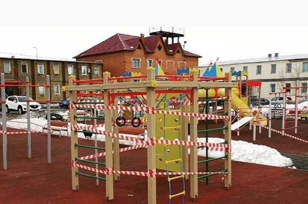 Депутат от ЕР обмотал детскую площадку пищевой пленкой
