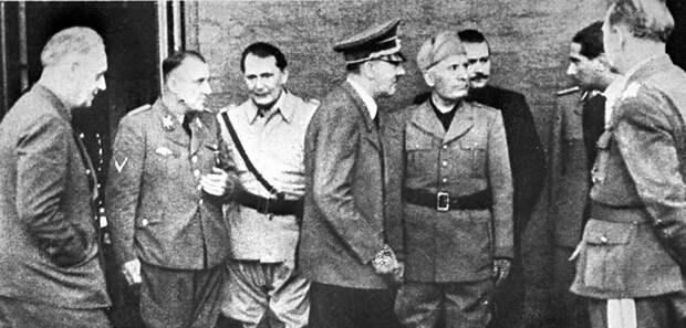 Слева на право: министр иностранных дел Германии Иоахим фон Риббентроп, рейхсляйтер Мартин Борман, рейхсмаршал Герман Геринг, фюрер Адольф Гитлер, дуче Бенито Муссолини около квартиры Адольфа Гитлера, 1944 год