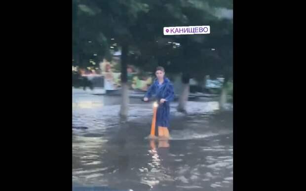 Рязанцы сняли мужчину, катавшегося по затопленной улице в халате на электросамокате