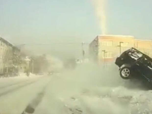 Машина проломила ограждение и упала в реку в Горно-Алтайске. Видео